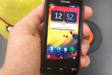 Pikatestiss� pienikokoinen Belle-puhelin: Nokia 700