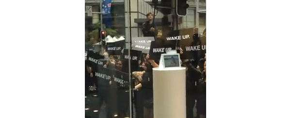 Demonstration i Australien opfordrer Apple til at v�gne op